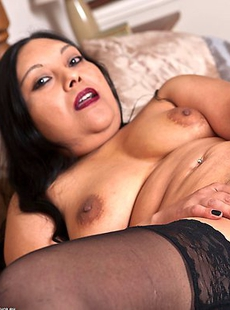 Horny mature slut playing with her warm pussy