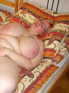 Huge breasted mature slut playing on her bed