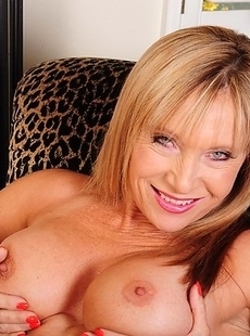 Hot mature slut playing with her wet pussy