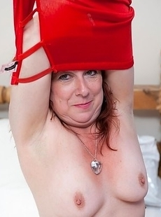 Naughty mature slut playing with her wet pussy
