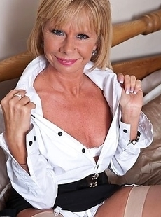 hot mature woman playing with her pussy