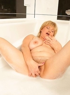 This Chubby mama loves playing with herself in the tub
