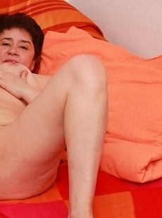 Chubby mama playing with her wet pussy on the couch