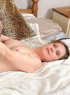 Mature slut loves playing with her wet pussy