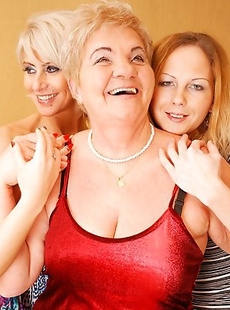 Four old and young lesbians have a sexparty